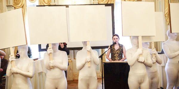 stadsdichter Maud Vanhauwaert bij haar aanstelling en de voorstelling van haar eerste stadsgedicht 'Witruimte'