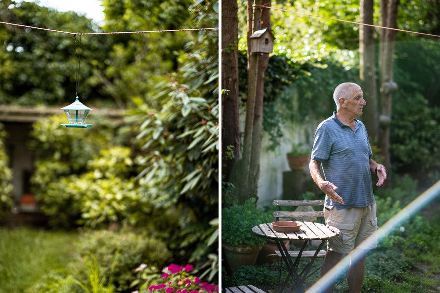 Links zien we een voederhuisje aan een draad in Pauls tuin. Rechts staat Paul bij zijn tafeltje.