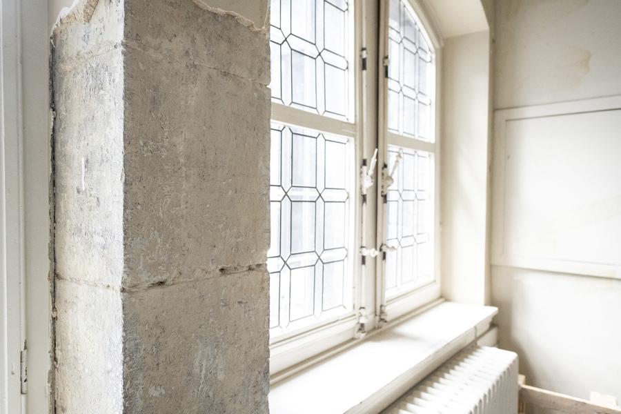 16e eeuwse natuurstenen raam- en deuromlijstingen