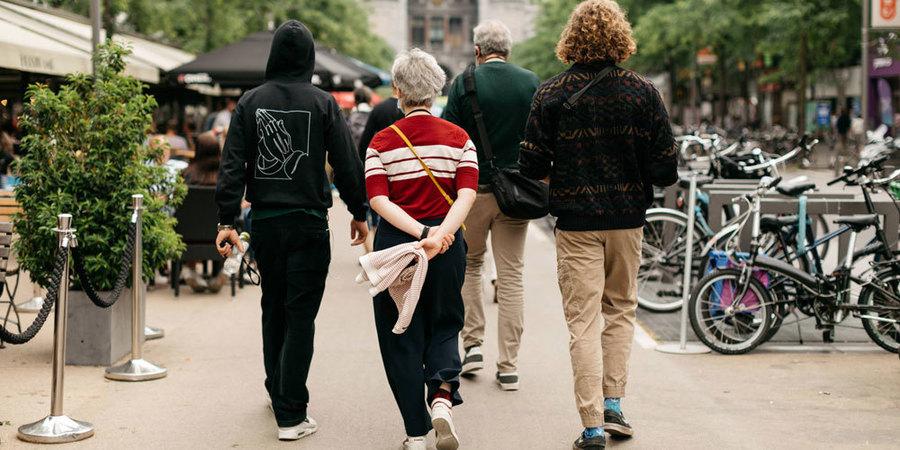 een groepje mensen wandelt in de richting van het centraal station in Antwerpen