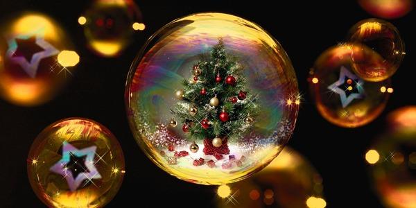 Kerstballen met kerststerren en een kerstboom