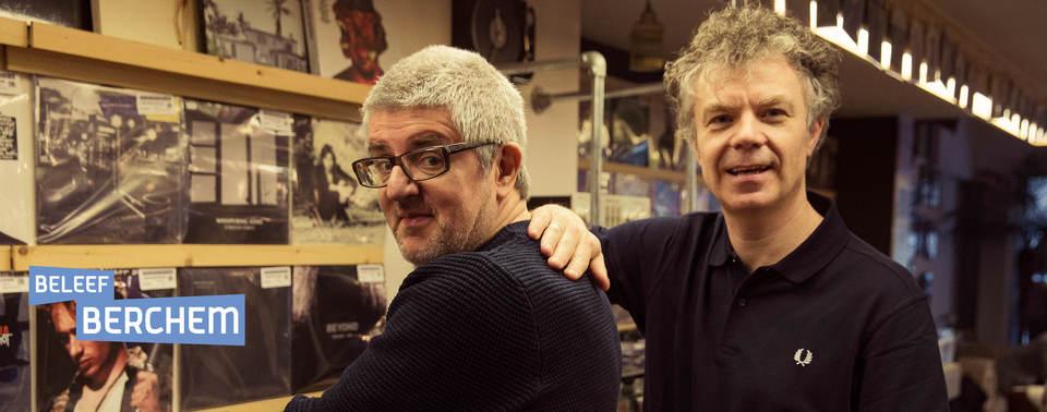 Jan Delvauw en Jimmy Dewit poseren in een platenwinkel