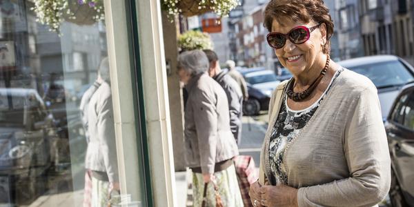 Vrouw voor vitrine Deurnse winkel