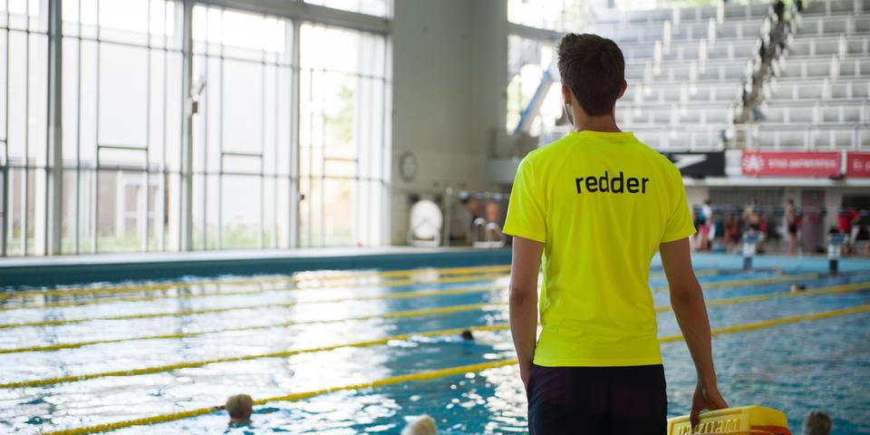 Redder - student houdt toezicht in het zwemcentrum Wezenberg