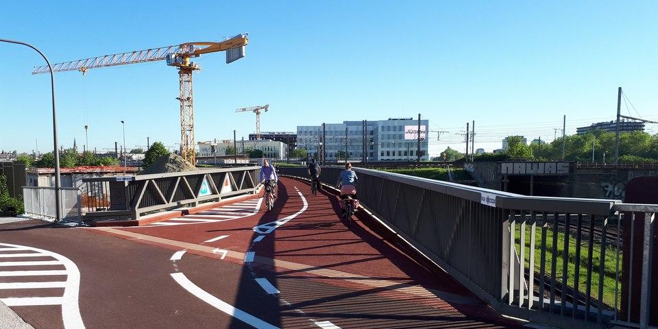 Zicht op de nieuwe fietsbrug vanop de Posthofbrug