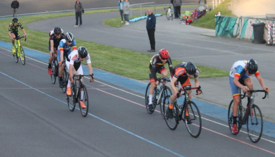 Wielrenners fietsen op de wielerpiste