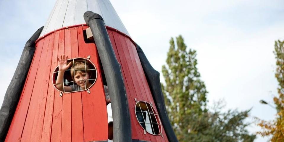 Jongen speelt op het speelterrein Ruimtevaartlaan