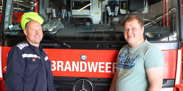 Berre en Kevin voor een brandweerwagen