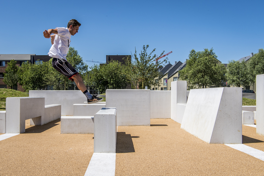 Freerunners testen het permanente freerunning parcours uit in het Regatta urban sports park.