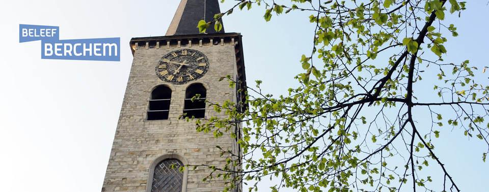 Zicht op de kerktoren van Sint-Willibrordus