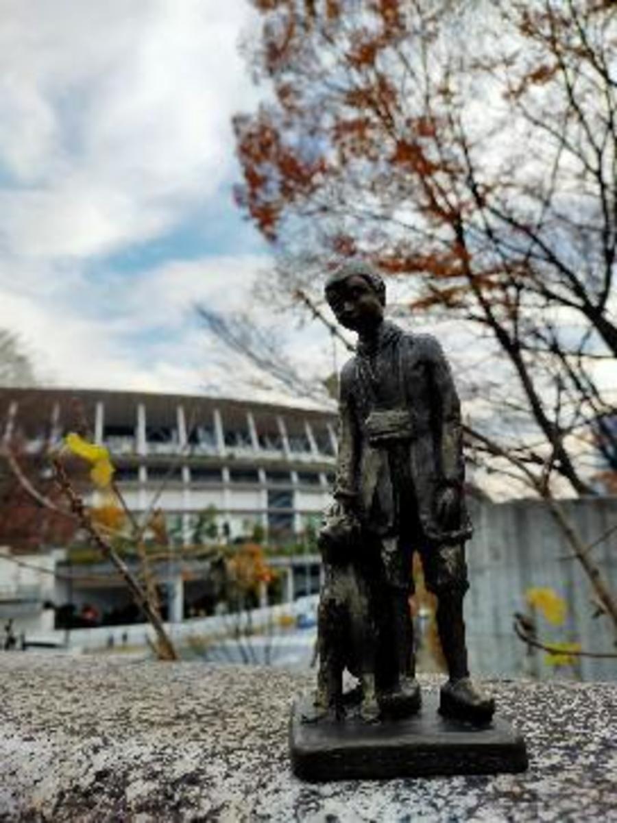 Het beeldje van Nello en Patrasche voor het Olympisch Stadion