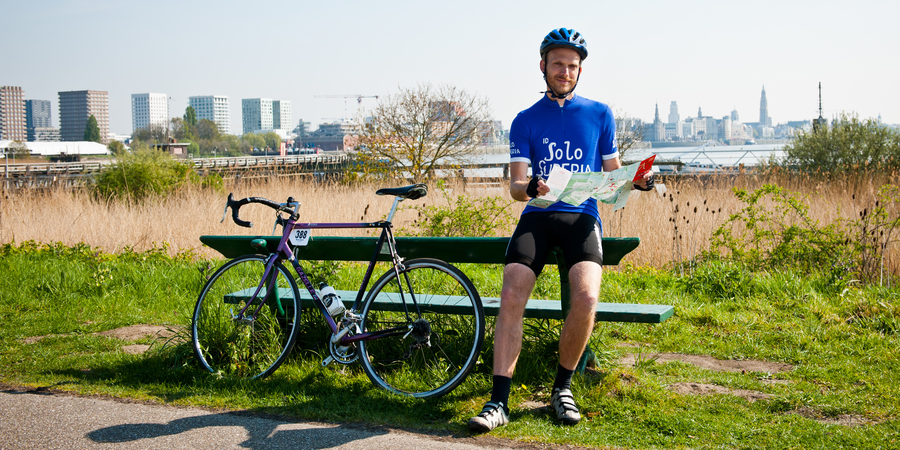 Igor Daems met fietskaart aan de Scheldelaan