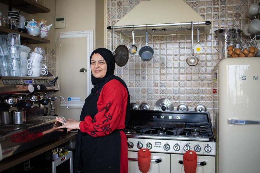 Eigenares in haar keuken