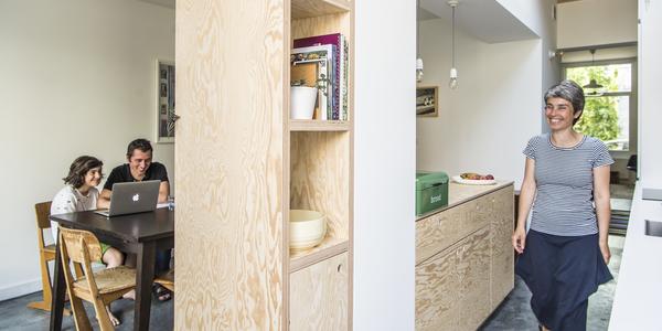 Ana en Daniël in hun keuken, met houten kasten en veel lichtinval.