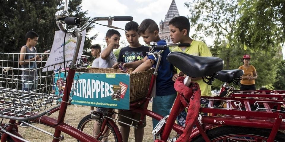 Speltrappers komen met een bakfiets vol speelgoed naar de Borgerhoutse pleintjes