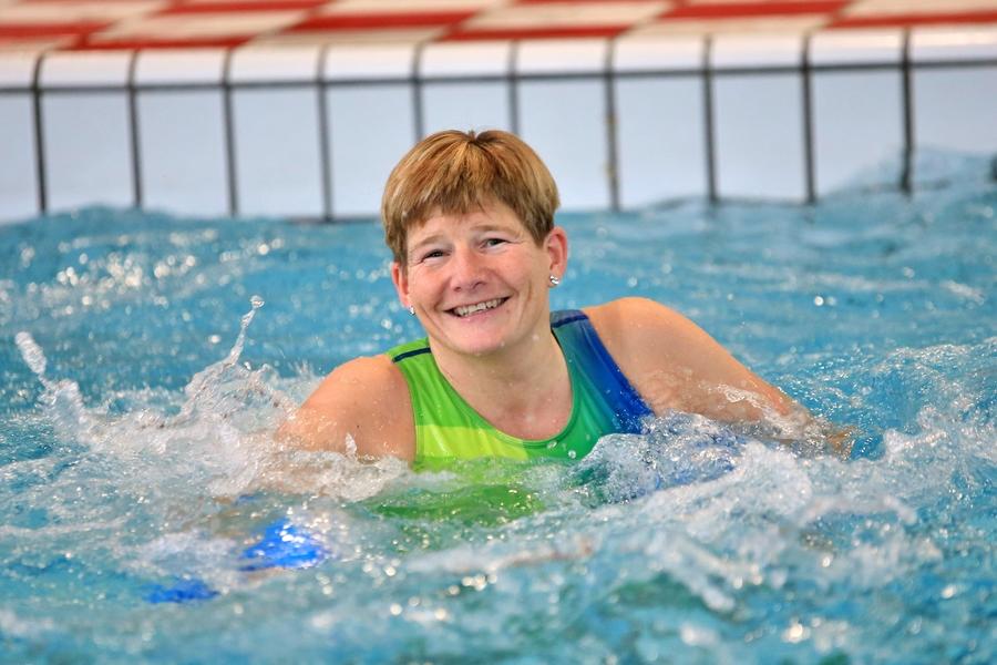 Vrouw doet aquafitness in het zwembad
