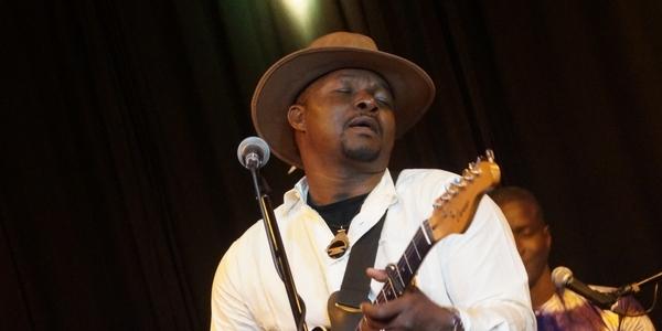 Samba Touré met gitaar