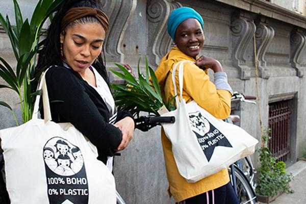 Foto van 2 dames die een stoffen zak laten zien