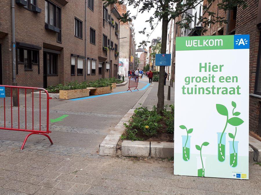 straat na aanplanting, met welkomstbord