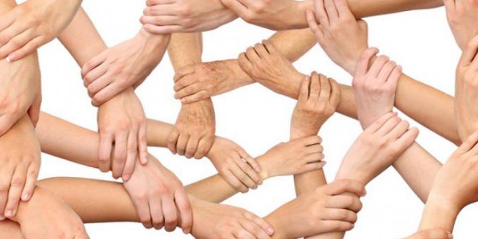Handen die elkaar vastnemen