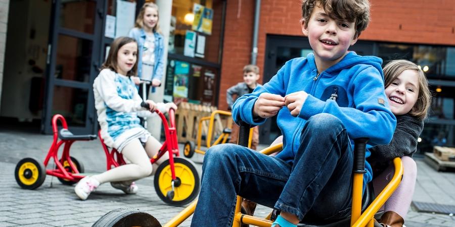 Spelende kinderen op de jeugddienst