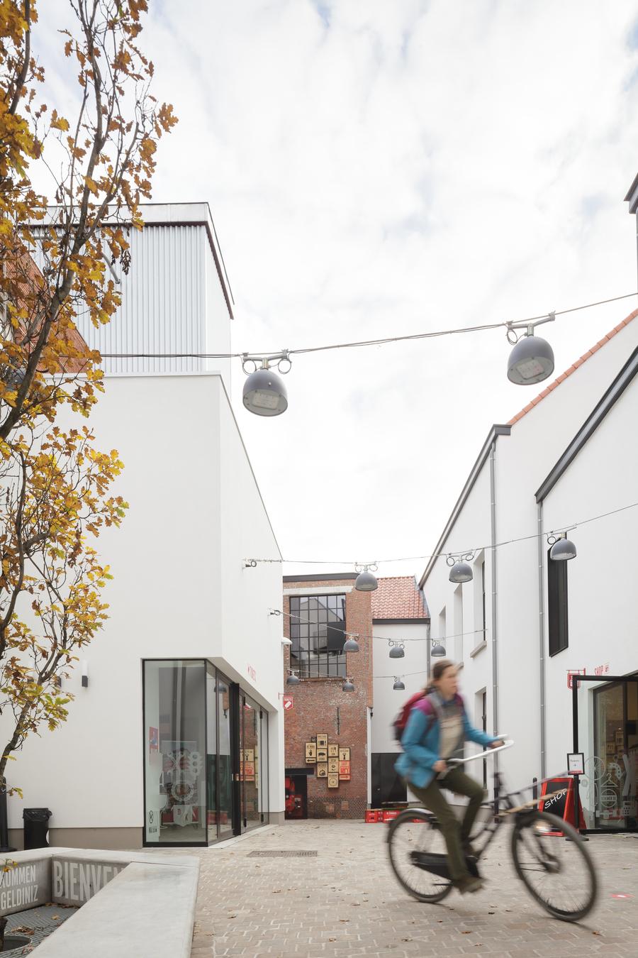 Tussen de verschillende gebouwen loopt nu een semipublieke binnenstraat waar je letterlijk door de geschiedenis van de eeuwenoude familiebrouwerij wandelt.
