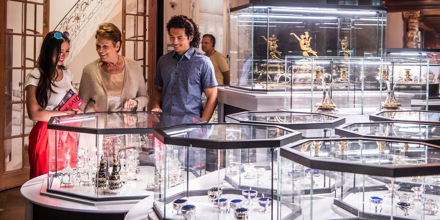 Twee vrouwen en een man bekijken verschillende objecten in het diamantmuseum DIVA.