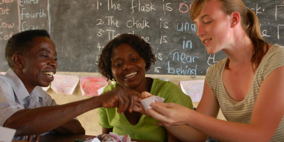 Vrijwilliger doet aan ontwikkelingssamenwerking in Ghana.