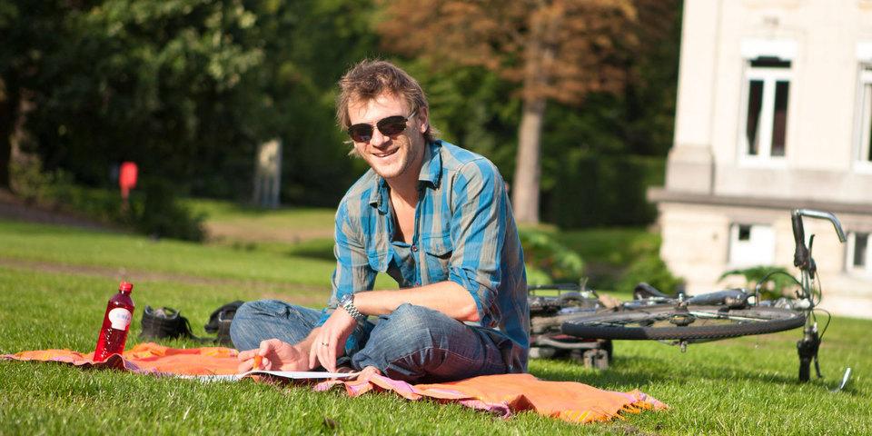 Man leest in het park