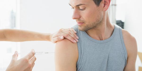 Man krijgt een vaccin.