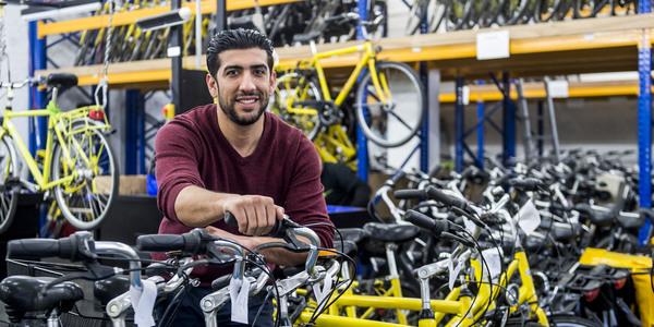 Smail Beqa in fietsherstelatelier