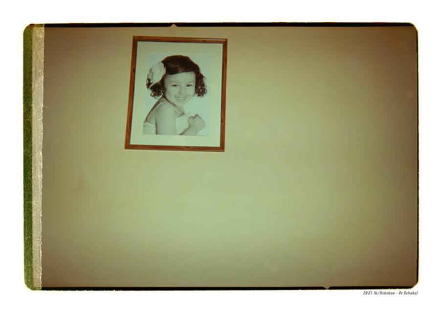 Fotokader van een meisje tegen een gele muur