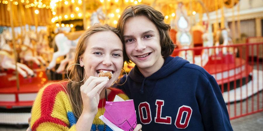 Jongen en meisje eten oliebollen