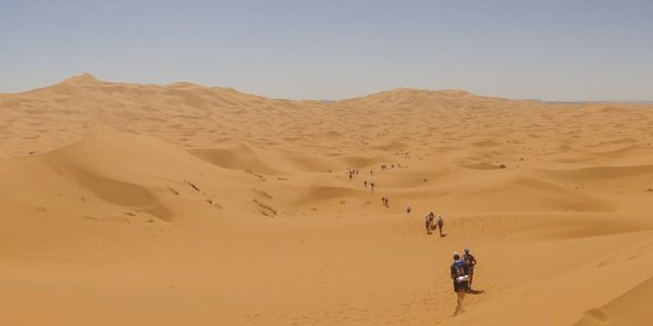 Lopers door de woestijn