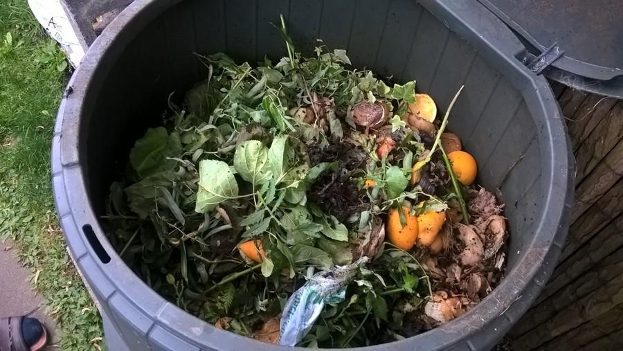 composteren in kringlooptuin compostvat plantwerpen