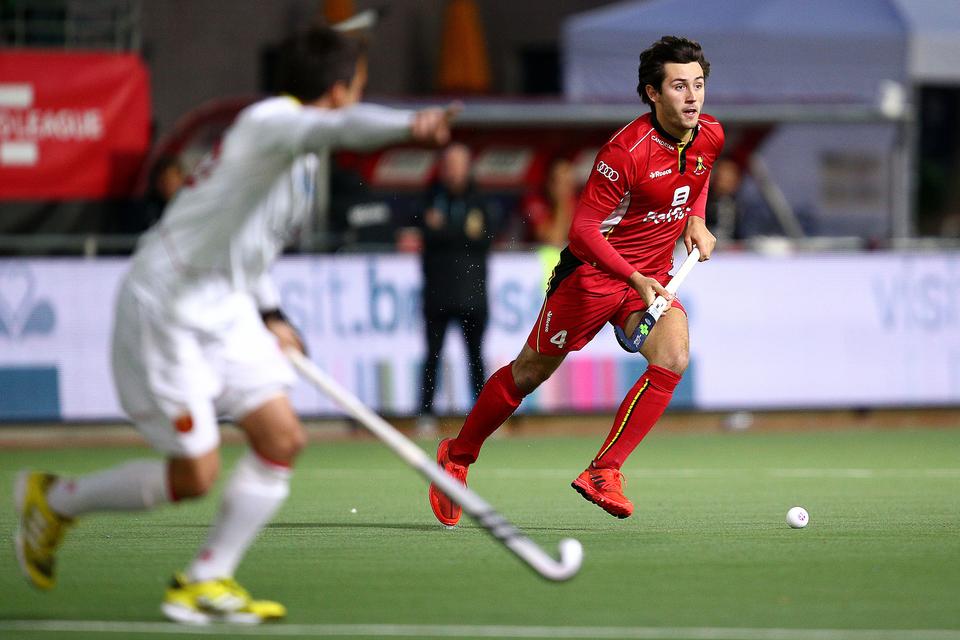 Arthur Van Doren (veldhockeyspeler) gaat een tegenstander voorbij