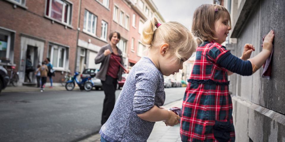 Twee kindjes helpen mee tijdens de Lentepoets