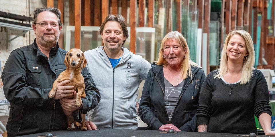 Vier familieleden die poseren in hun atelier