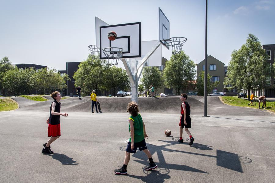 Enkele basketters testen de viervoudige basketpaal uit in het Regatta urban sports park.