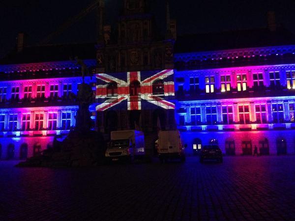 De Britse vlag geprojecteerd op het stadhuis