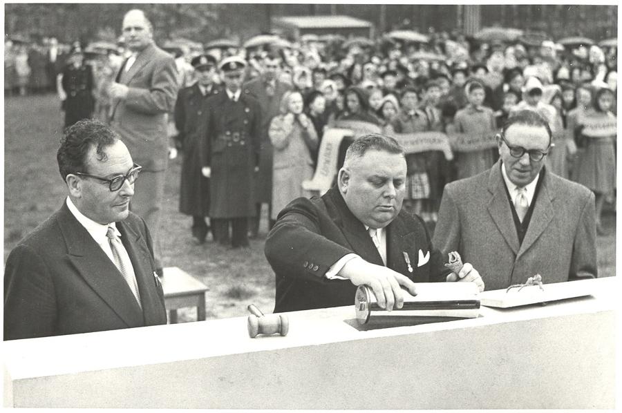 Eerstesteenlegging door burgemeester Dequeecker in 1956