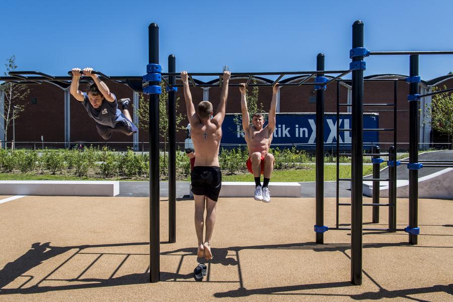 Sporters testen het calisthenics parcours uit in het Regatta urban sports park.