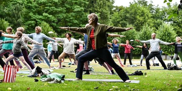 personen boefenen yoga in de open lucht