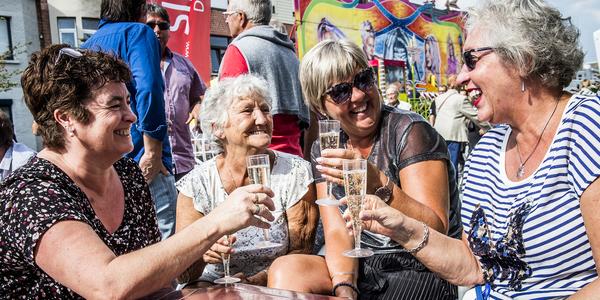 4 vrouwen klinken met hun glas