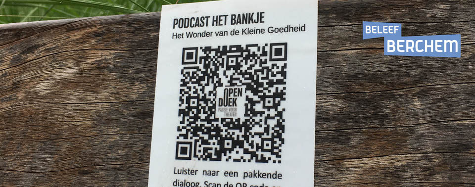 Foto van de sticker met QR-code op een bankje in Berchem