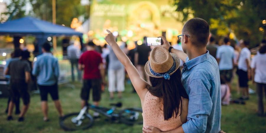 Paar dat selfie op een muziekfestival maak