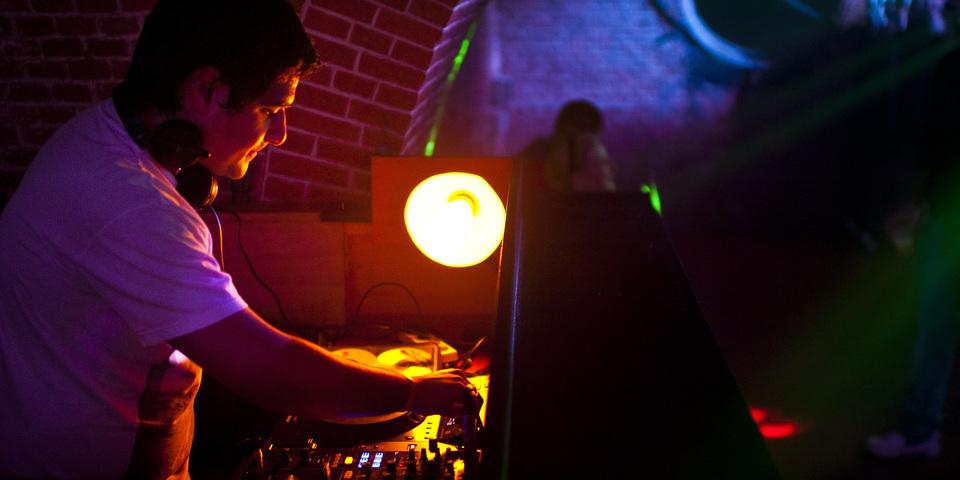DJ achter draaitafel