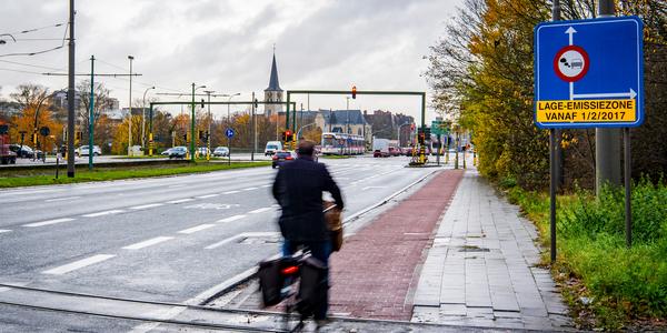 Straat met bord van de lage-emissiezone