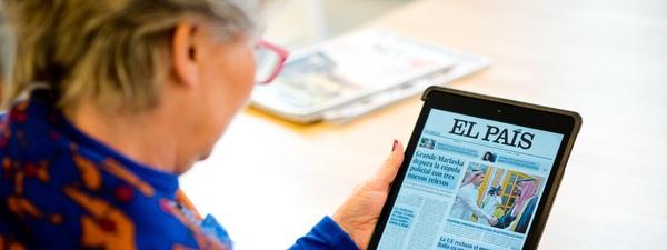 Vrouw leest de Spaanse krant El País