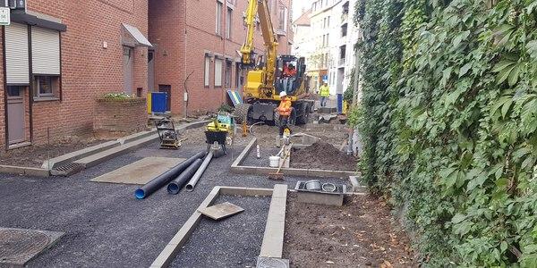 Heraanleg Lange Ridderstraat: graafmachine en drainagebuizen op werf